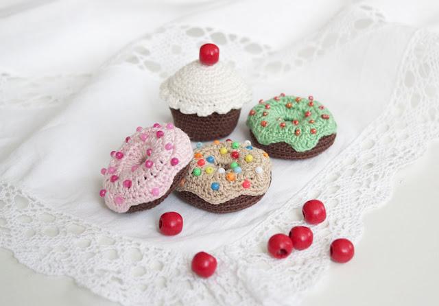 Вязаные пирожные пончики