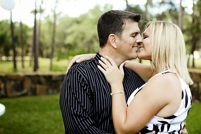 Apa yang Seharusnya Kamu Pegang Ketika Berciuman?