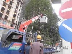 xe nâng người làm việc trên cao
