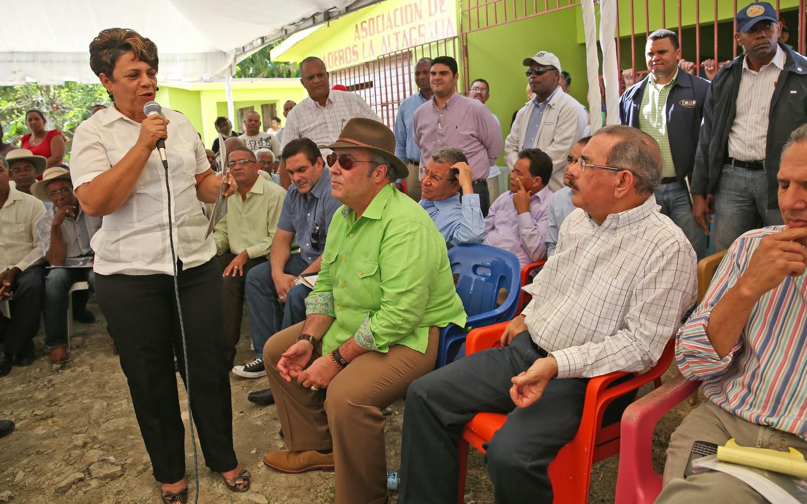 DANILO MEDINA CAMBIA EL ROTROS DE LA PRESIDENCIA EL ANTE Y DESPUES DA VOCHE POR SU NACION  A PRESID
