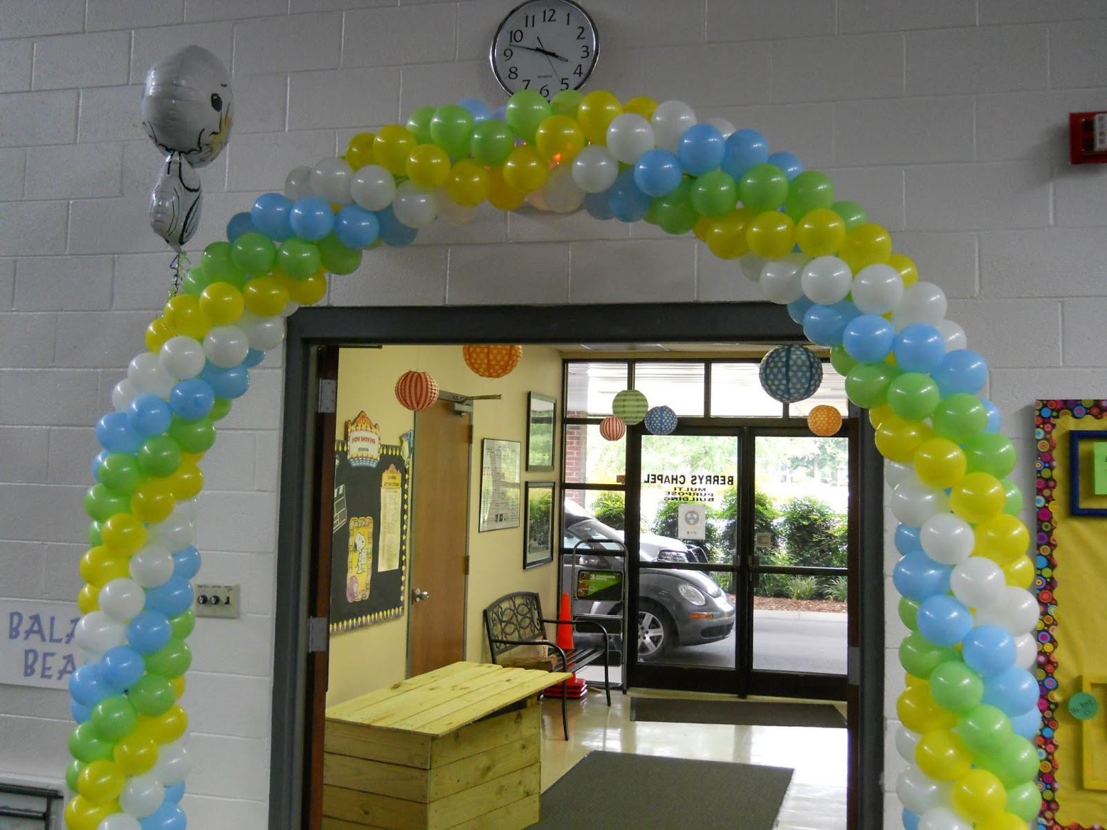 Celebrate the day snoopy balloon arch and table decorations for Balloon arch decoration kit