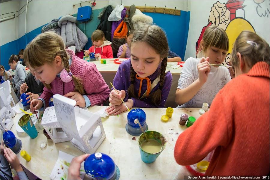 дети могут пройти небольшой мастер-класс, где их научат разрисовывать игрушки.