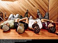 Foto tomada desde arriba que da la sensación de que los chicos están acostados en el suelo