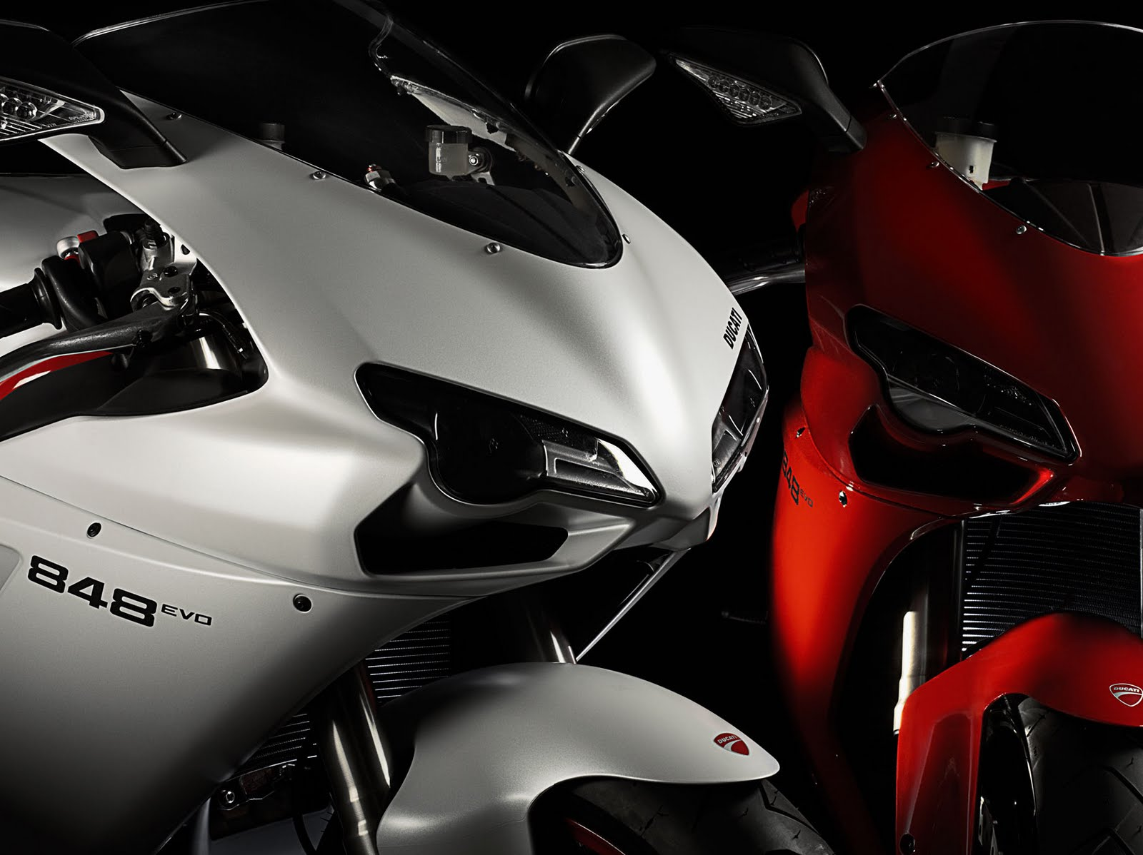 http://3.bp.blogspot.com/-w9KYz78gfSU/TeKSNGbfjvI/AAAAAAAAAYo/793M8qOXJnM/s1600/2011-Ducati-848-EVO-Headlight.jpg