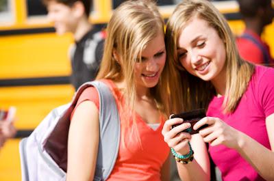 chicas rubias con un celular