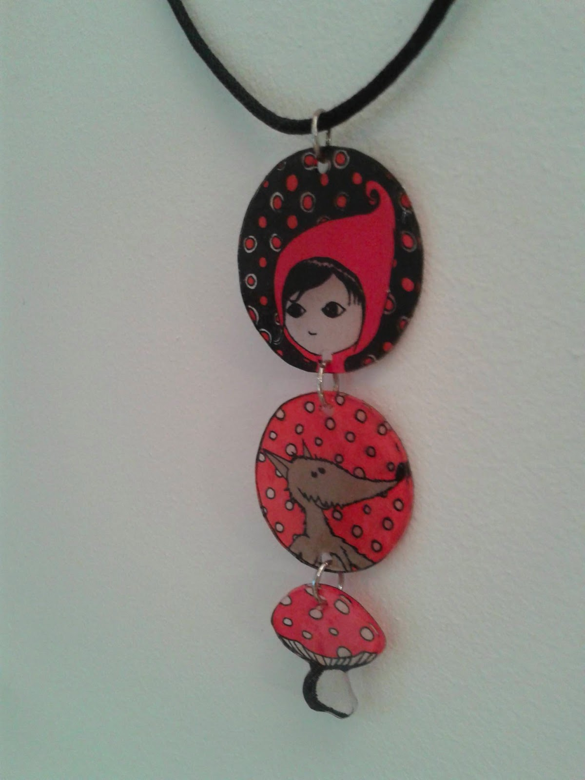 "collier ""Le Petit Chaperon Rouge"" plastique dingue"