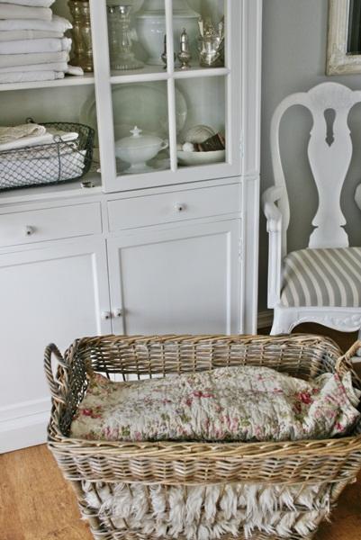 Vibeke design: hvite skap med hvitt innhold...