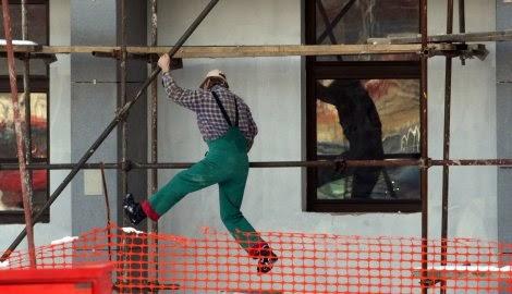 smešna slika: građevinski radnik silazi sa skele
