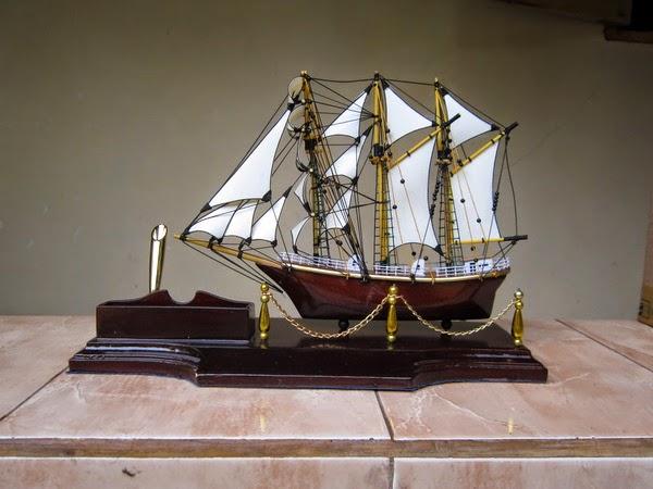 UNIK dari Kayu, Miniatur kapal Dewaruci tempat Pulpen dan kartu nama