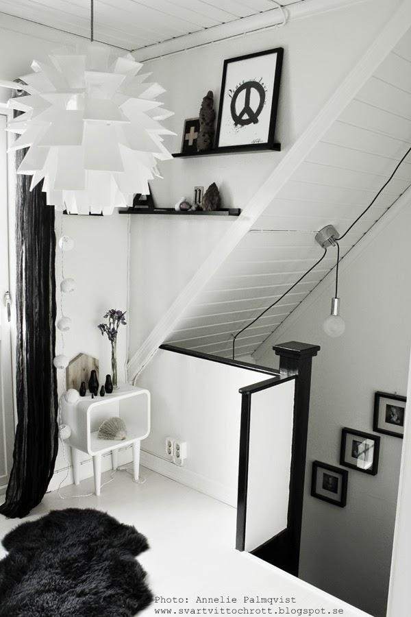 hall, hallen, övre hall, svart och vitt, svarta detaljer, snickerier som målats svarta, vitt golv, belysning vid snedtak, inreda snedtak, tavellister, artprint, artprints, prints, tavlor, peace, konsttryck
