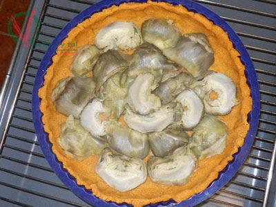 Rellenar la masa con las lonchas de alcachofa.
