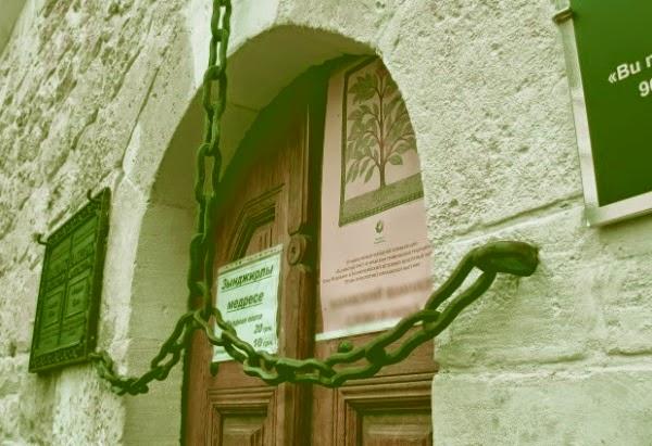 Вход в медресе (архив)