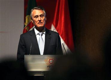 Cavaco sugere que jovens fiquem em Portugal… desempregados e a passar fome