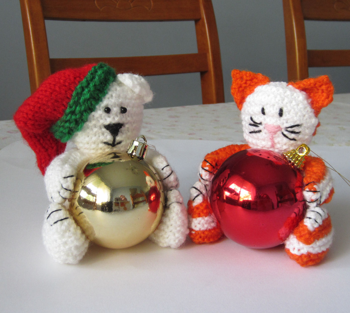 Knitting Pattern Christmas Baubles : Justjen-knits&stitches: Christmas Bear & Cat Baubles.