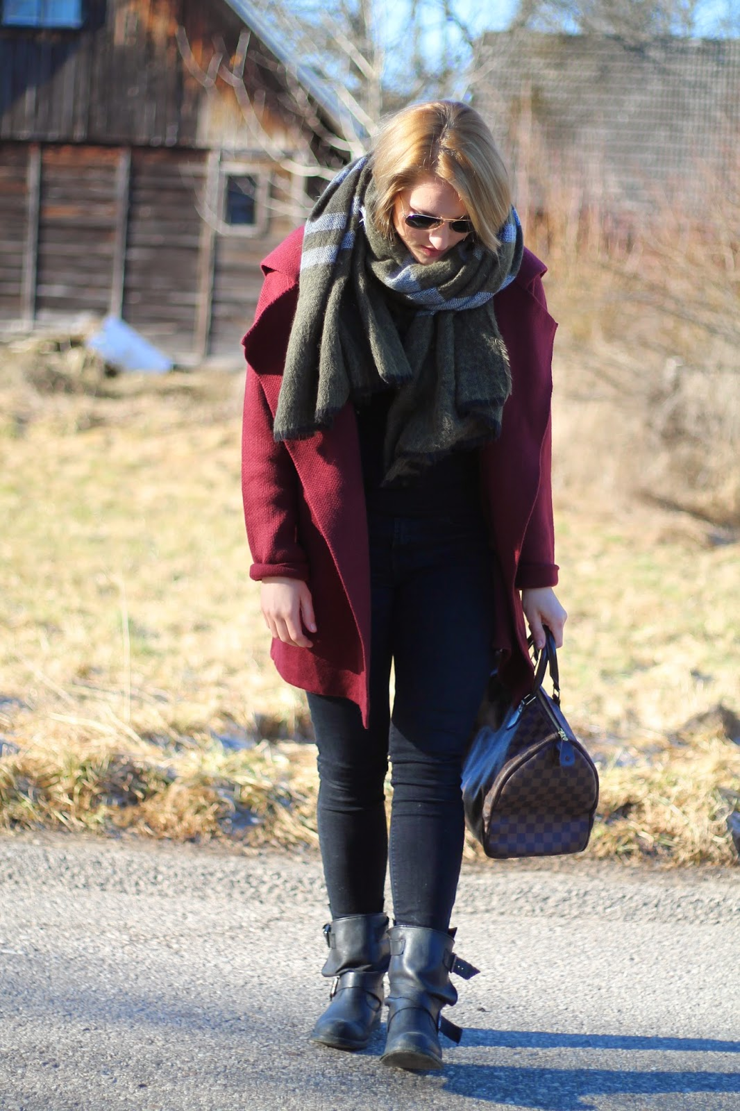Fashionblogger Austria / Österreich / Deutsch / German / Kärnten / Carinthia / Klagenfurt / Köttmannsdorf / Winter Look / Classy / Edgy / Winter / WInter Style 2014 / Winter Look / Fashionista Look / Streetstyle Klagenfurt Vienna Wien Austria / /Winter Outfit /Jeans Zara Black Schwarz Skinny / Boots Biker Boots Zara Schwarz Black / Cardigan Red Bordeauxrot Weinrot Sheinside OVersize / Daniel Wellington Watch / Zara Scarf Schal Blogger Must Have / RAy Ban Aviator Sunglasses Pilotenbrille / Louis Vuitton Speedy Damier Ebene 35 /