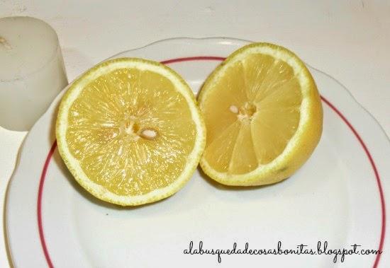 Velas hechas dentro de un limón