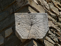 Rellotge de sol en un dels angles exteriors dels murs de l'església Vella de Santa Maria d'Oló