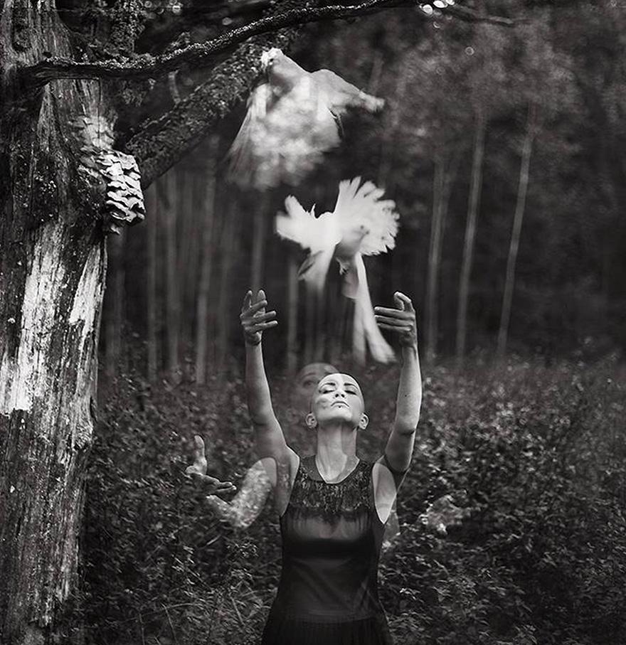 raggana-fotografia-sureale-foresta-alberi-donna-colomba