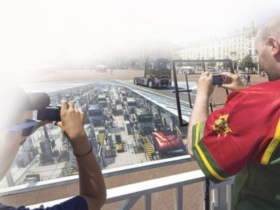 Dua pengunjung ini cuba merakamkan imej gayat menerusi lensa kamera mereka.