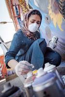 Σαμσιά Χασσανί: Νεαρή με μαντήλα η πρώτη γυναίκα που κάνει γκράφιτι στο Αφγανιστάν