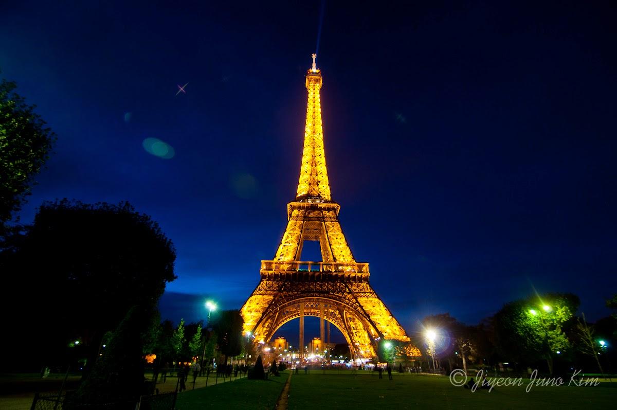 How do you do my newbie friend menara eiffel adalah sebuah menara yang terbuat dari besi baja yang di bangun di tepi sungai seine di champ de mars di paris menara ini menjadi ikon global altavistaventures Gallery