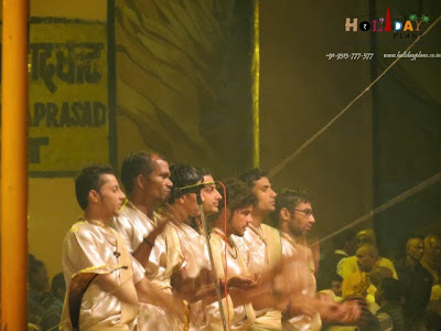 Pandits starting the aarti