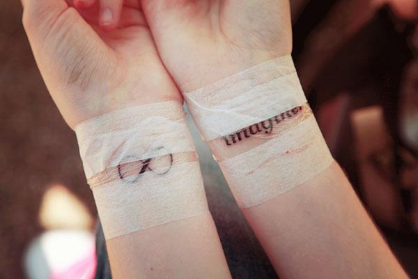 est ce que un tatouage au poignet fait mal tatouage. Black Bedroom Furniture Sets. Home Design Ideas