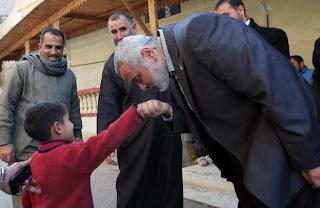 اسماعيل هنية يقبل يد طفل مصري