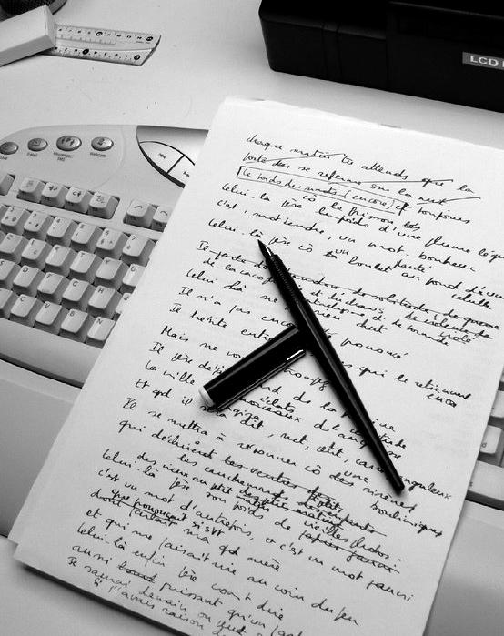 Handschriftliche Notizen mit vielen Durchstreichungen (les ratures).