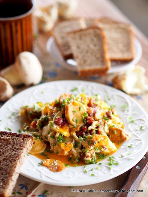 jajecznica z purchawkami , purchawki , grzyby , z grzybami , jajka na czasznicy oczkowatej , podlasie , śniadanie , boczek wędzony , ze szczypiorkiem , wiejskie jajeczka , kuchnia polska , najsmaczniejsze potrawy , domowe jedzenie