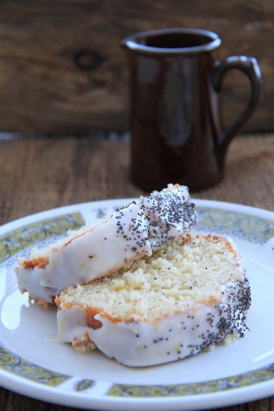 Ciasto cytrynowe z makiem, cytrynowym syropem i lukrem