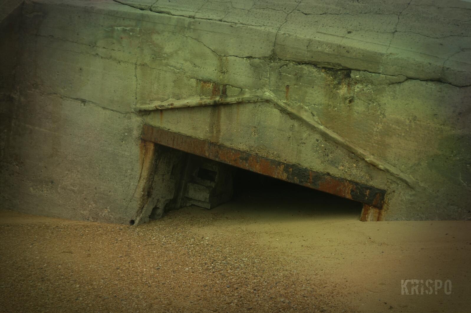 detalle de bunker semienterrado en playa de las landas