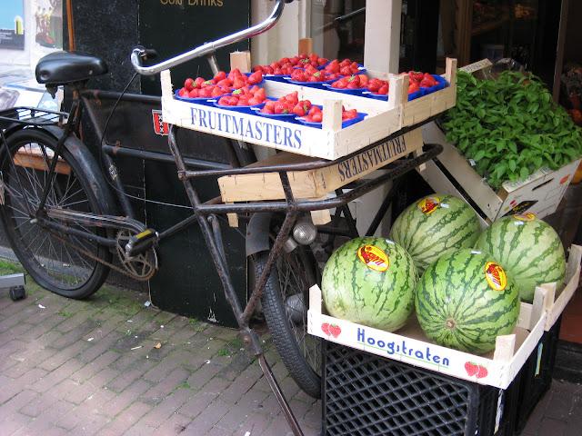 bicicletta con frutta ad amsterdam