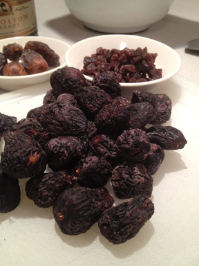 Figs, Dates and Raisins aresoe of the ingredents in Cucidati