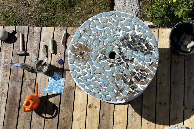 Doo it   just doo it: smadret krukke som mosaik på en kabeltromle ...