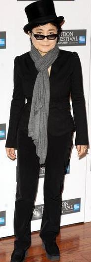 Yoko Ono de cuerpo entero