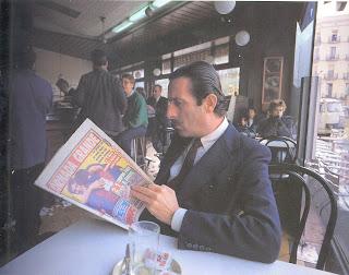 Home llegint el diari al bar