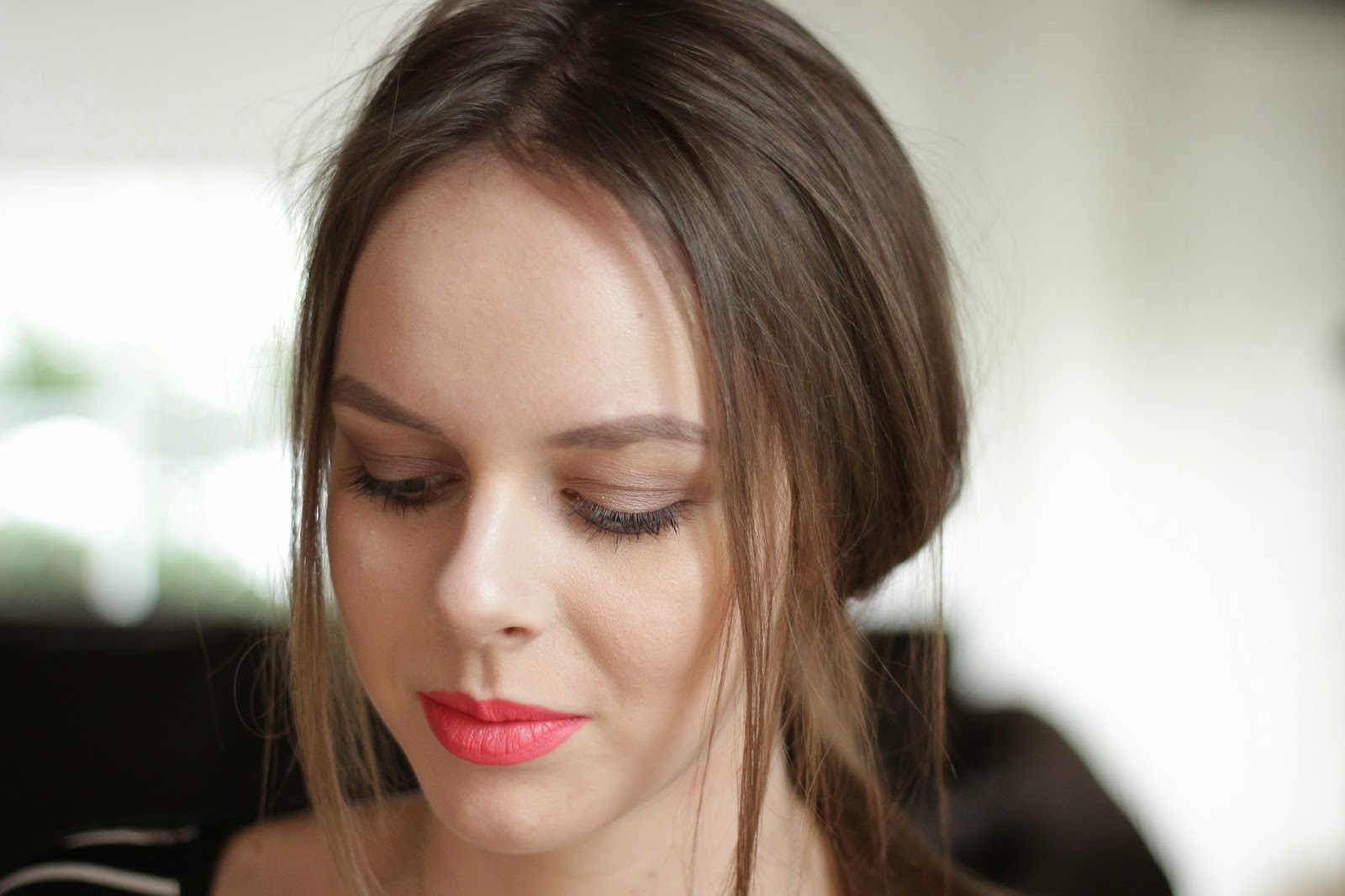 look taupe eyeshadow coral lips