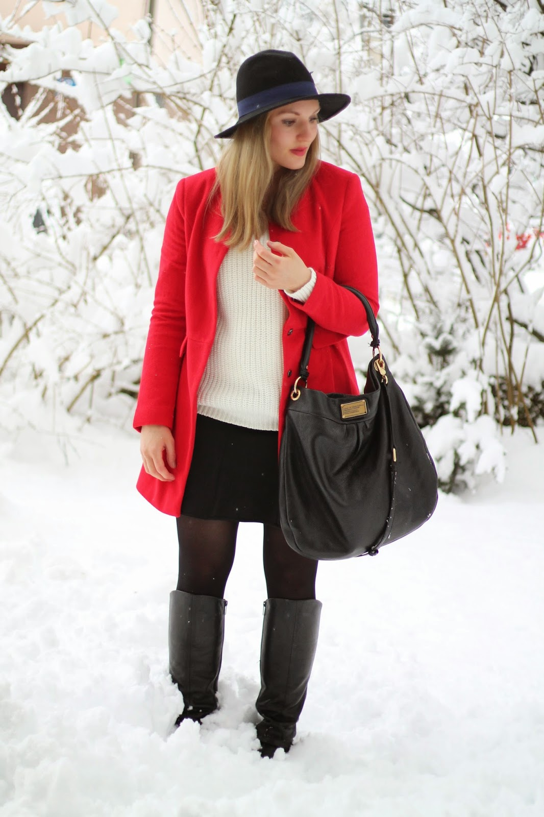 Fashionblogger Austria / Österreich / Deutsch / German / Kärnten / Carinthia / Klagenfurt / Köttmannsdorf / Winter Look / Classy / Edgy / Winter / WInter Style 2014 / Winter Look / Fashionista Look / Streetstyle Klagenfurt Vienna Wien Austria / /Winter Outfit / Red Coat Roter Mantel Oasap / Hat Hut Forever 21 Black Schwarz Blue Blau / White Sweater Knitted Weißer Strickpullover Tally Weijl / Skater Skirt Minirock Schwarz Black New Yorker / Stiefel Boots Black Schwarz Humanic / Marc by Marc Jacobs Hillier Hobo Bag mit goldener Hardware with golden Hardware / Heart Necklace Herzkette Asos /