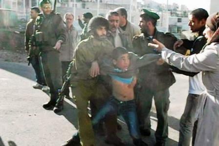 menino palestino é cercado e preso por soldados israelenses