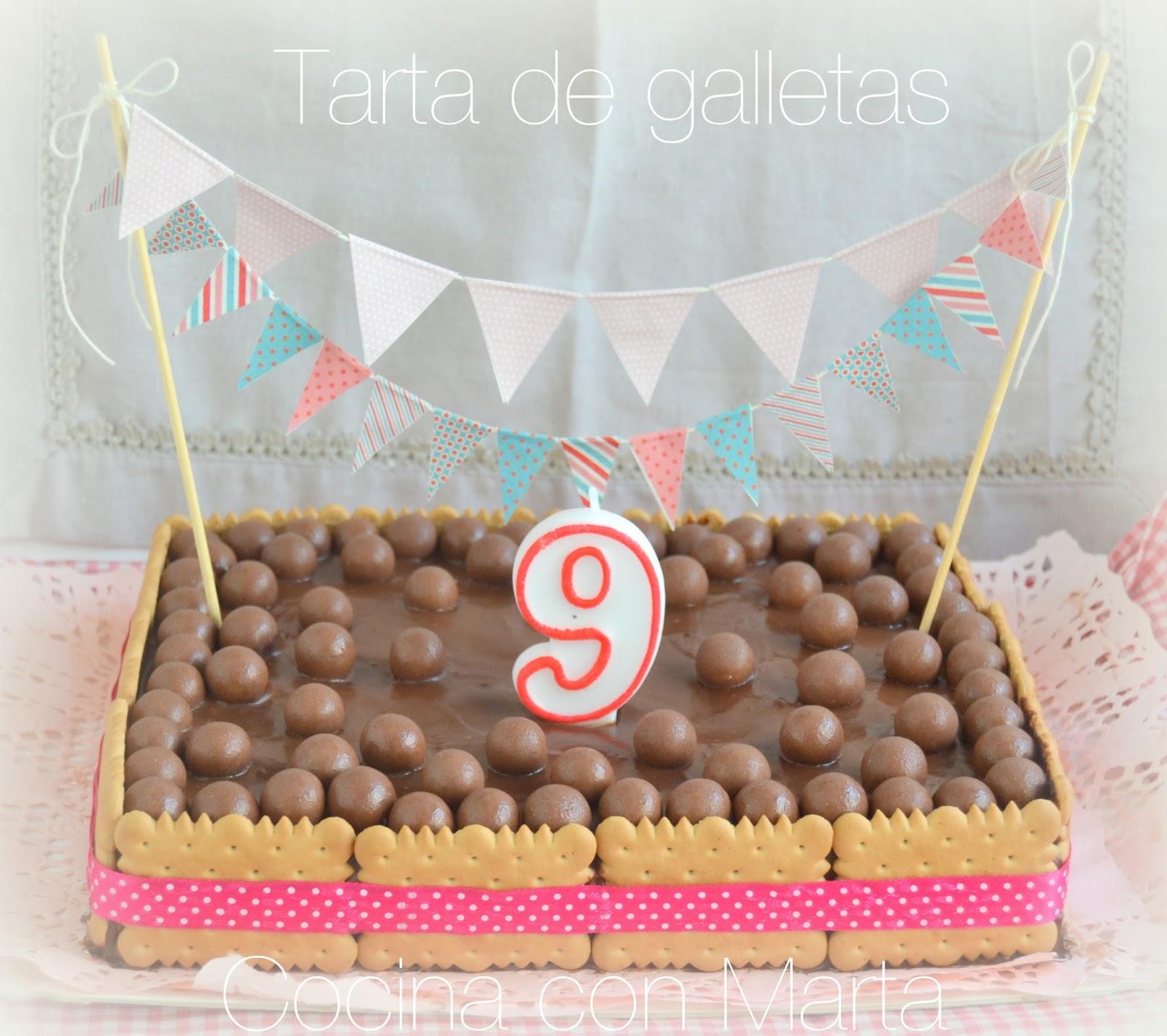 Receta casera de tarta chocolate con galletas, claras de huevo, mousse de chocolate. Fácil, rápida, para niños y cumpleaños.