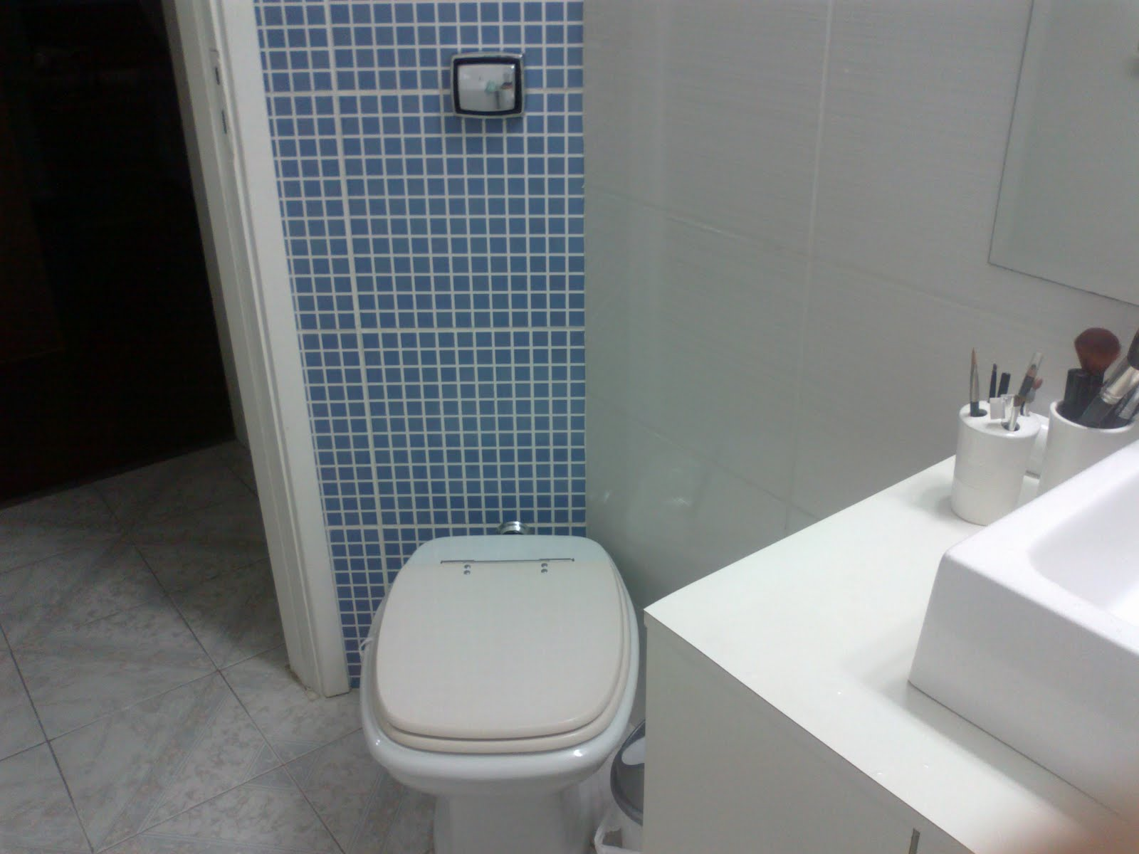 DecoraCor Antes e Depois -> Banheiro Com Faixa De Pastilha Atras Do Vaso