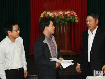 Ông Nguyễn Bá Thanh (bìa phải) trò chuyện với cán bộ TP Đà Nẵng