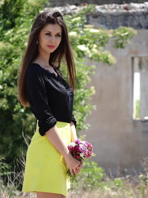 fusta galben neon, bluza oversize neagra si stiletto negru