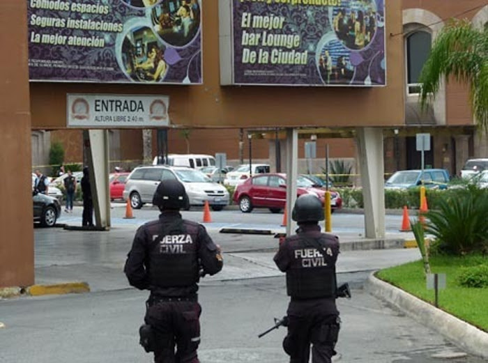 policia revisa los daños de la balacara y granadazo