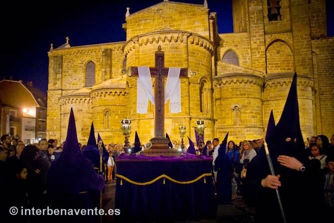 http://interbenavente.es/not/11225/penitencia-y-duelo-en-la-procesion-de-la-vera-cruz/