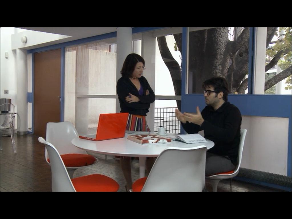 """composição laranja e branco na mesa e cadeiras da casa do filme """"O homem ao lado"""""""