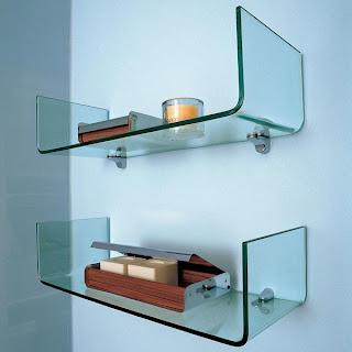 foto de prateleiras com vidro curvo para decorações