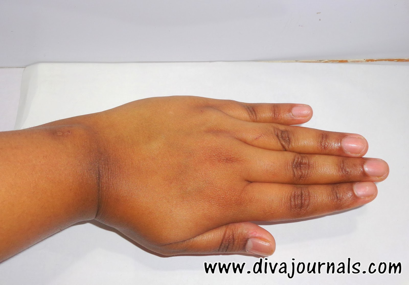 Neutrogena Oil Free Moisturiser for Combination Skin Review-Swatch