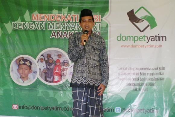 Ustadz Nana (Pimpinan Ponpes Mathla'ul Huda)  memberikan sambutan pada acara santunan Dompet Yatim